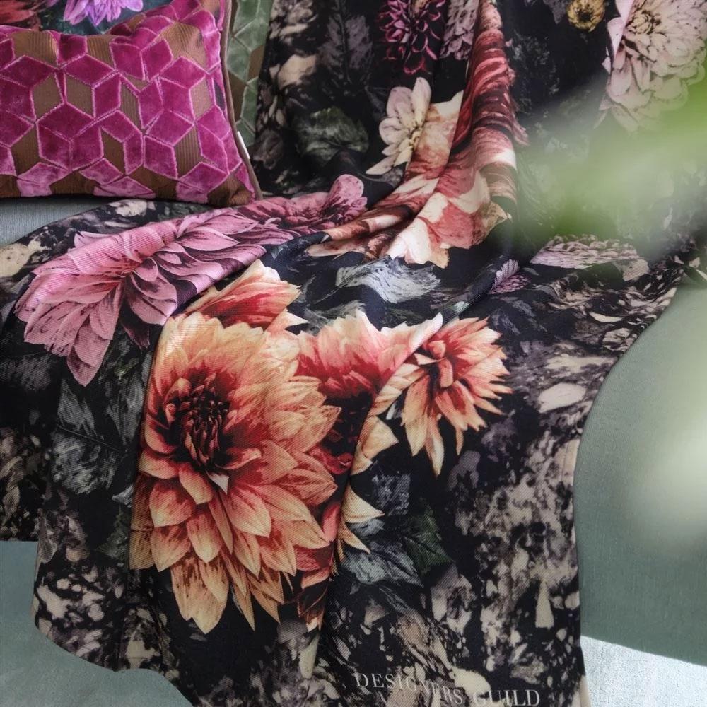 Designers Guild Tagesdecke Dahlia Noir Fuchsia - Detailansicht