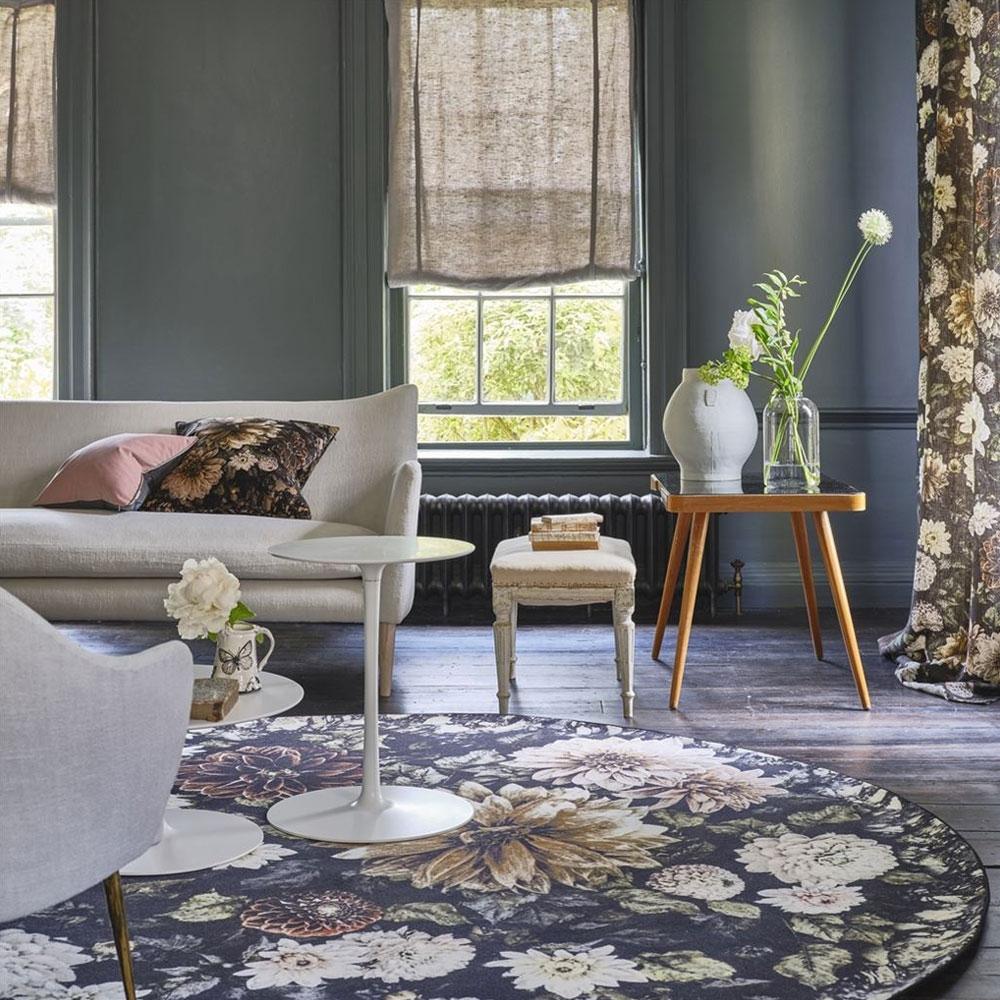 Designers Guild Teppich Dahlia Noir Slate - im Wohnzimmer